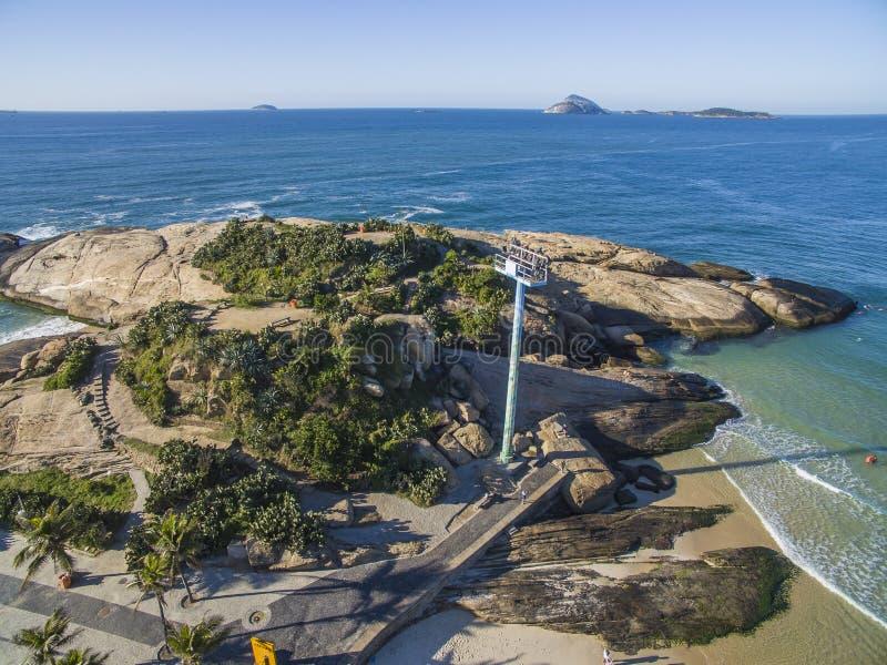 Playa de Arpoador en el distrito de Ipanema, Rio de Janeiro, el Brasil imagen de archivo