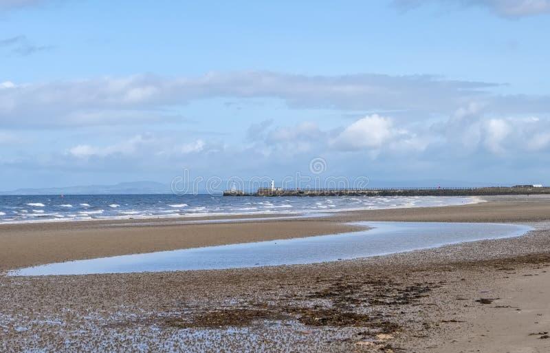 Playa de Ayr que mira al faro Escocia fotografía de archivo libre de regalías