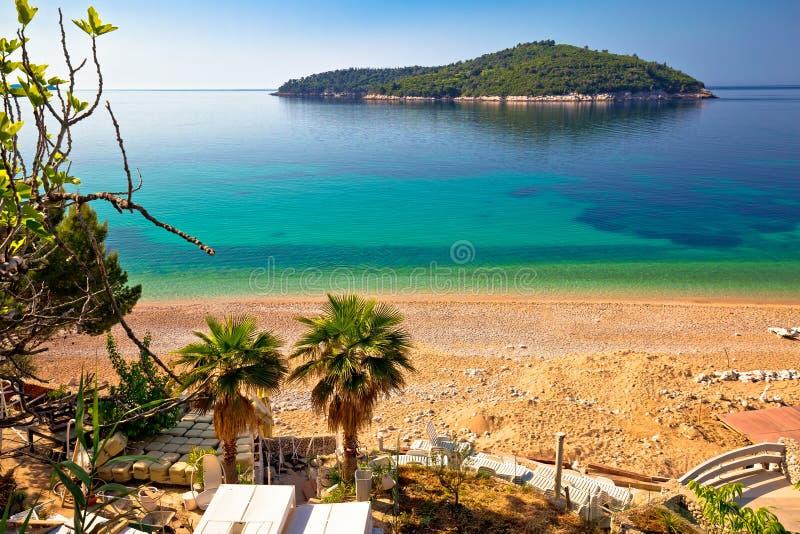 Playa de Banje e isla de Lokrum en Dubrovnik imágenes de archivo libres de regalías