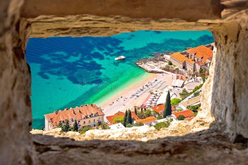 Playa de Banje en la opinión aérea de Dubrovnik a través de la ventana de piedra fotos de archivo
