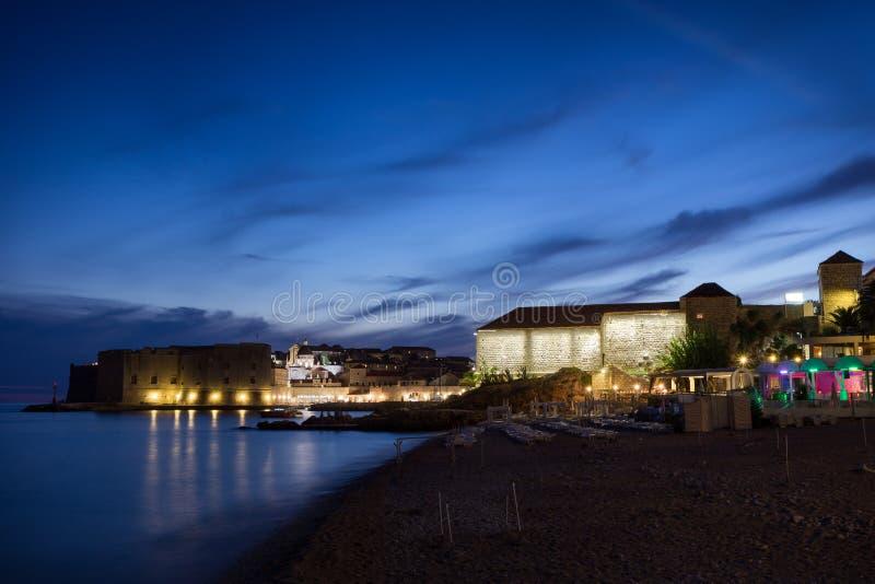 Playa de Banje y ciudad vieja en Dubrovnik en la oscuridad fotos de archivo libres de regalías