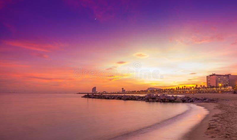 Playa de Barcelona en la puesta del sol foto de archivo libre de regalías