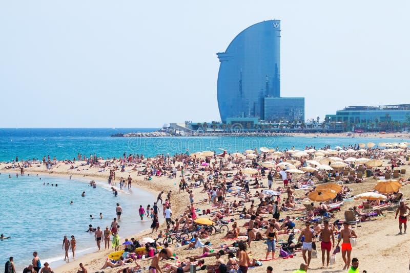 Playa de Barceloneta contra hotel de W Barcelona imagen de archivo libre de regalías