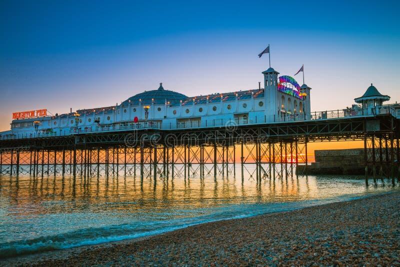 Playa de Brighton Pier con hora de oro de la puesta del sol en Sussex Inglaterra, Reino Unido Lugar popular de Brighton Marine Pa imagen de archivo libre de regalías