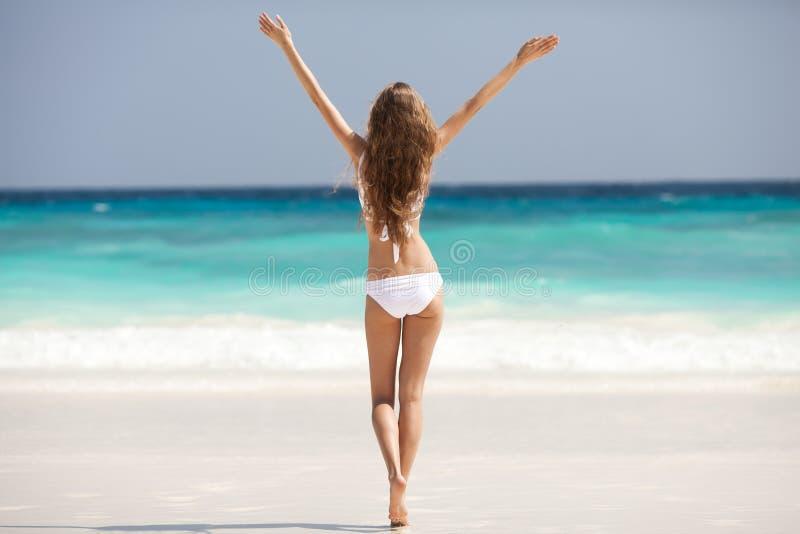 Playa de bronce de Tan Woman Sunbathing At Tropical fotos de archivo libres de regalías