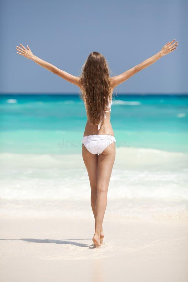 Playa de bronce de Tan Woman Sunbathing At Tropical fotografía de archivo