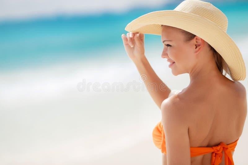 Playa de bronce de Tan Woman Sunbathing At Tropical imagen de archivo