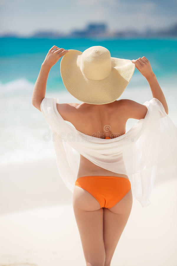 Playa de bronce de Tan Woman Sunbathing At Tropical foto de archivo