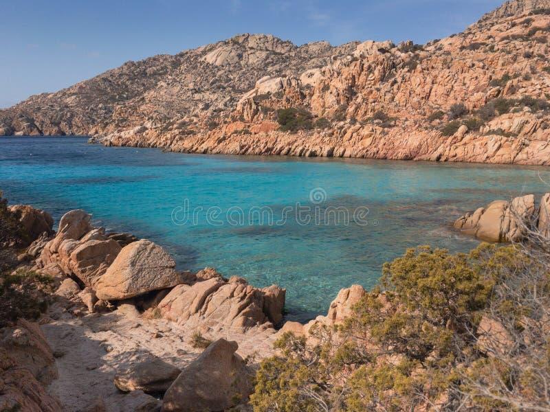 Playa de Cala Bianca en la isla de Caprera fotos de archivo