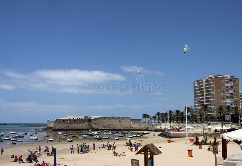 Playa de Caleta del La en el Océano Atlántico cerca de la fortaleza de Castillo-Fortalesa de Santa Catalina imagen de archivo
