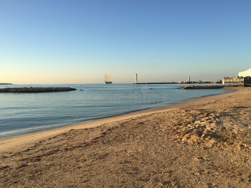 Playa de Cannes, riviera francesa en el paisaje de la salida del sol imagenes de archivo