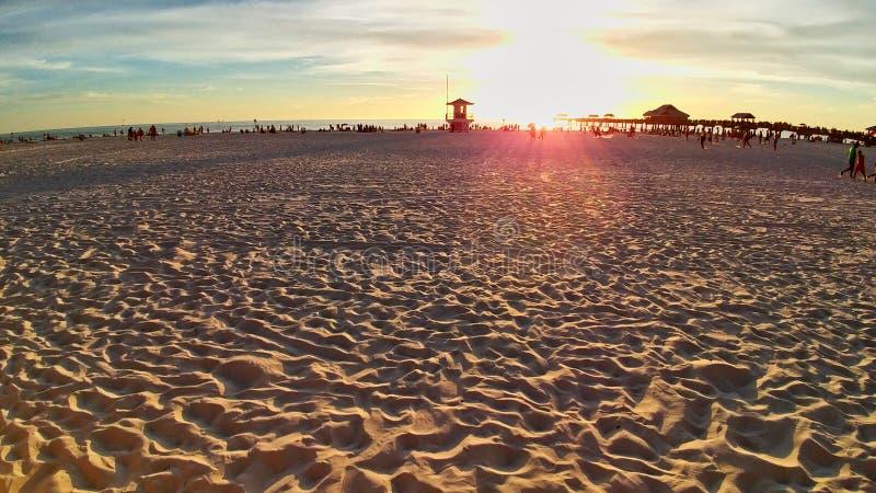 Playa de Clearwater en una costa esc?nica de la torre del salvavidas de la arena fina nublada de la playa fotos de archivo