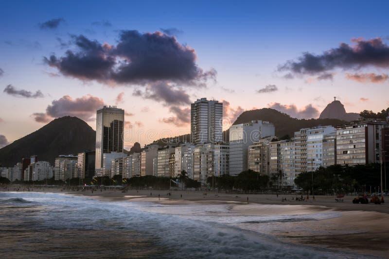 Playa de Copacabana en la puesta del sol en Rio de Janeiro, el Brasil el Brasil foto de archivo