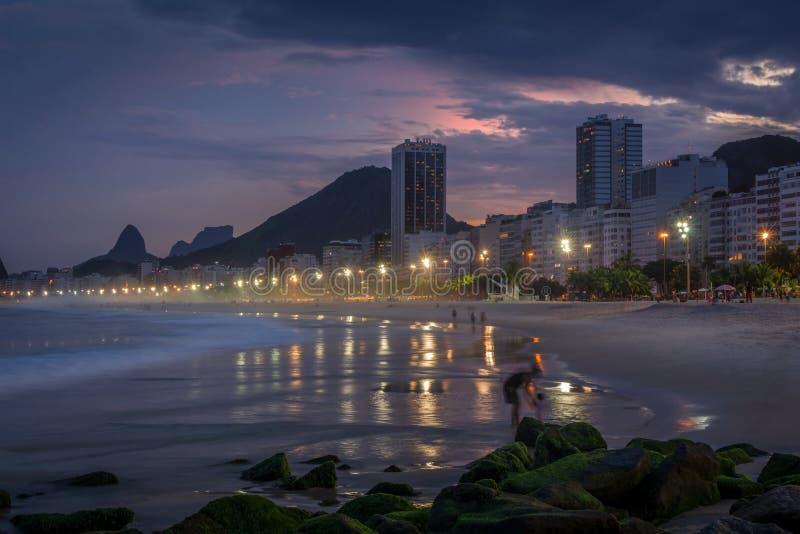 Playa de Copacabana en la puesta del sol en Rio de Janeiro, el Brasil el Brasil imagen de archivo