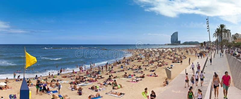 Playa de Corwded de Barceloneta - Barcelona imagenes de archivo
