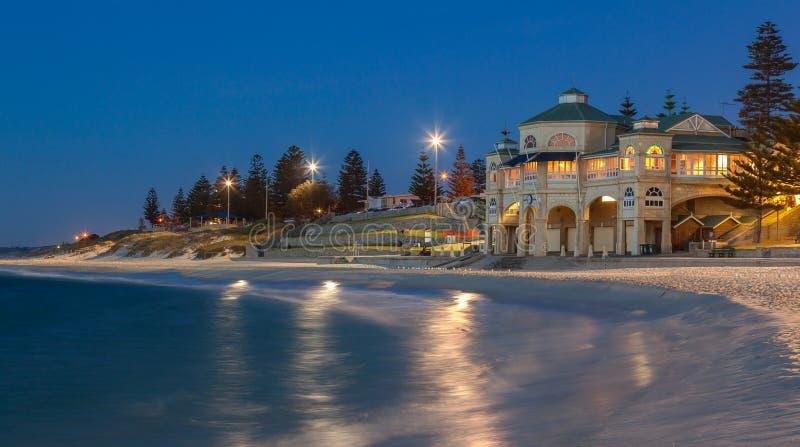 Playa de Cottesloe en Perth en la puesta del sol imagen de archivo