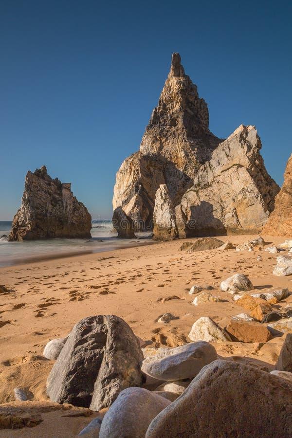 Playa de DA Ursa del Praia con las rocas en Portugal fotos de archivo