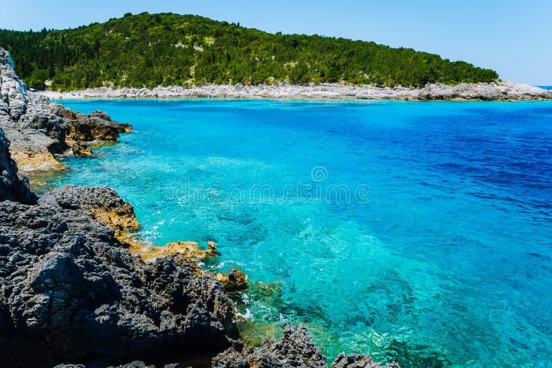 Playa de Dafnoudi en Kefalonia, Grecia Agua clara de la ondulación que aturde los lugares encantadores que sorprenden, playas fam imagen de archivo