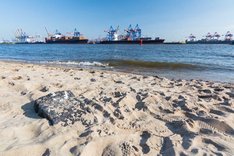 Playa de Elba con la terminal de contenedores y las naves en el fondo en Hamburgo fotografía de archivo