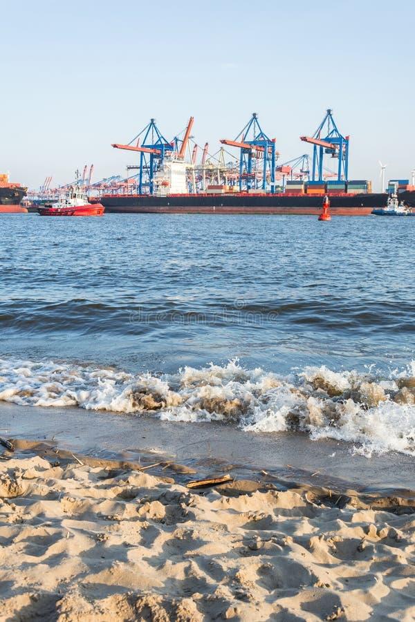 Playa de Elba con la terminal de contenedores y las naves en Hamburgo fotos de archivo