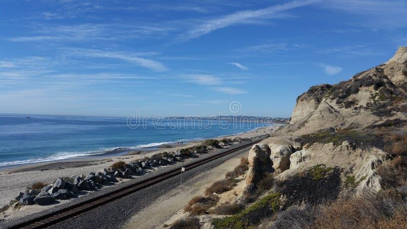 Playa de estado de San Clemente al lado del ferrocarril fotos de archivo