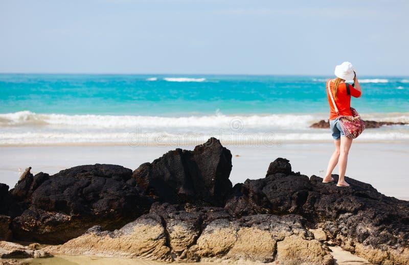 Playa de fotografía turística femenina fotografía de archivo libre de regalías