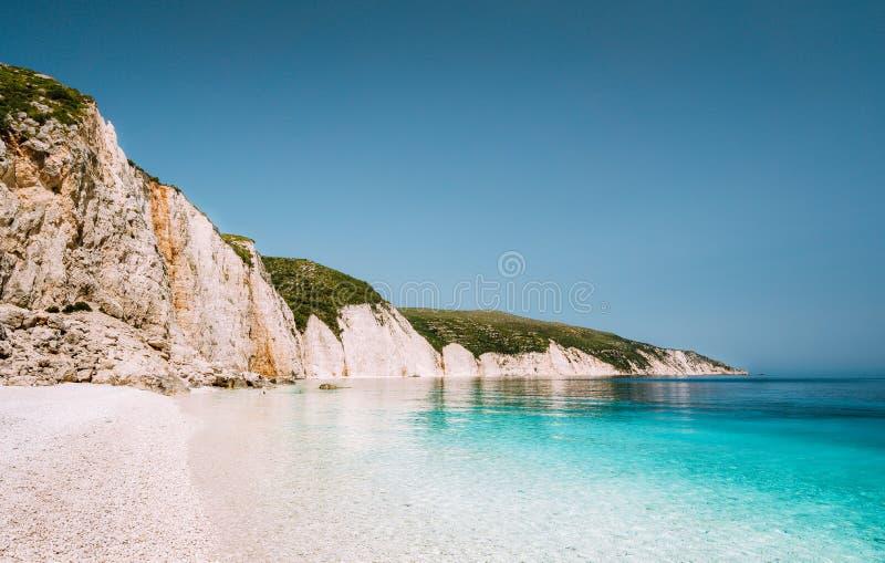 Playa de Fteri en la isla de Kefalonia, Grecia Uno del Pebble Beach sin tocar más hermoso con el mar esmeralda azul puro foto de archivo