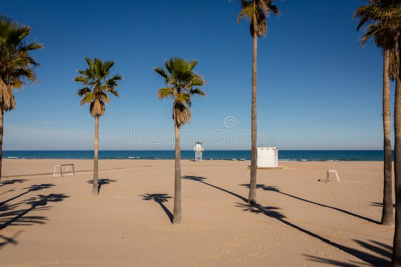 Playa de Gandía vacío, España en día de invierno agradable fotos de archivo