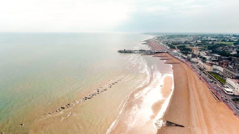 Playa de Hastings y foto de Pier Seaside Coast Aerial View imagen de archivo