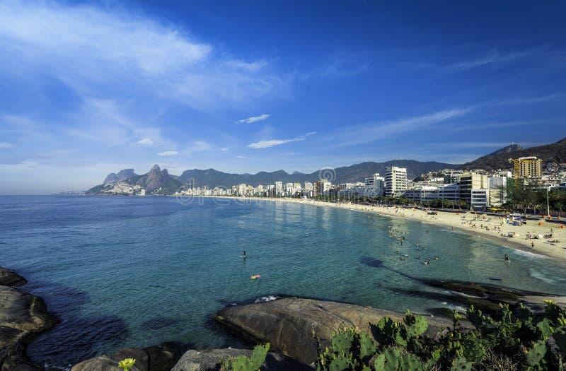 Playa de Ipanema en día de verano caliente en Rio de Janeiro, el Brasil foto de archivo libre de regalías