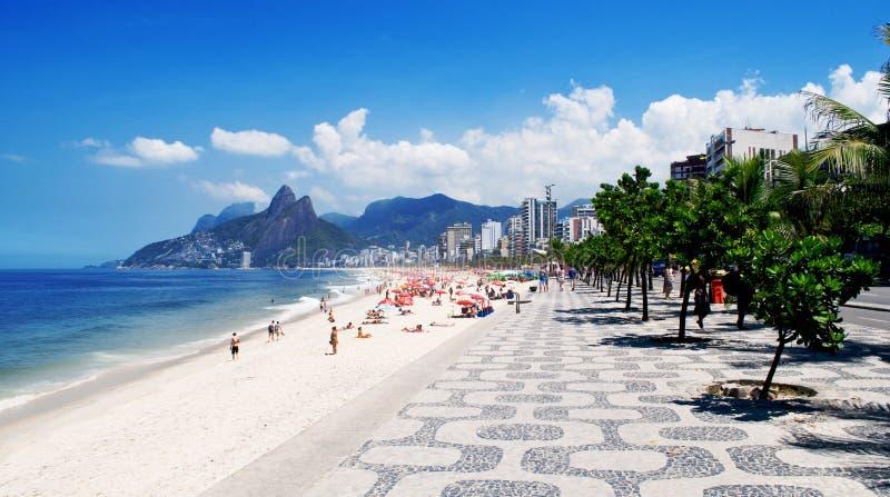 Playa de Ipanema y en Rio de Janeiro imagenes de archivo