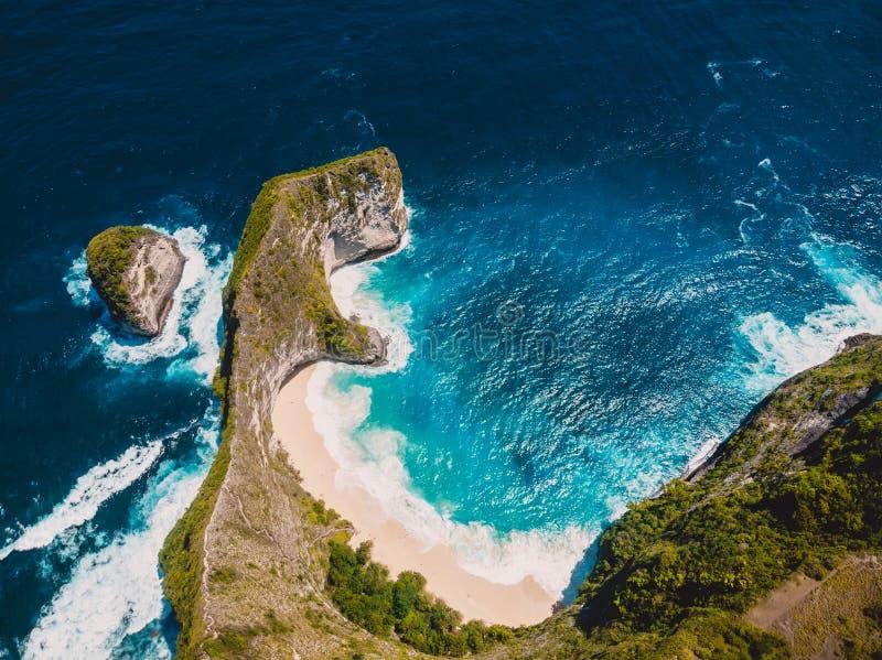 Playa de Kelingking en la isla de Nusa Penida Opinión aérea del abejón imagen de archivo libre de regalías