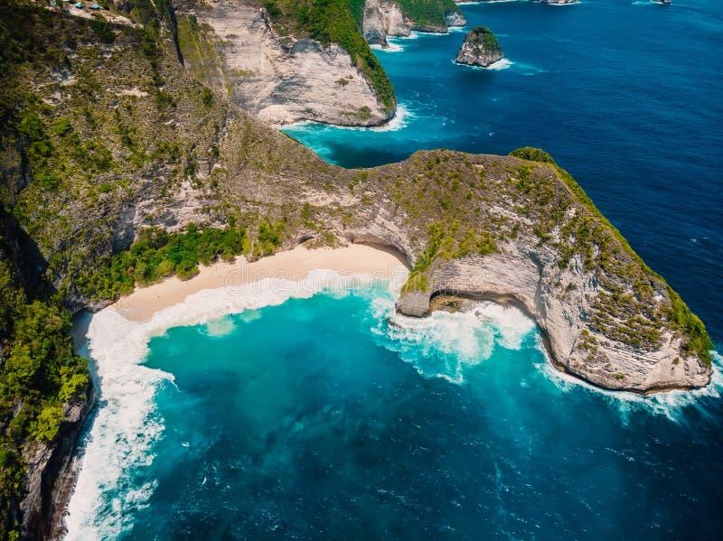 Playa de Kelingking en la isla de Nusa Penida Silueta del hombre de negocios Cowering imagen de archivo libre de regalías