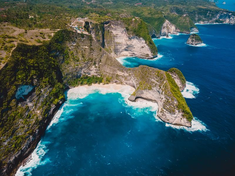 Playa de Kelingking y océano azul en Nusa Penida Opinión aérea del abejón de la isla tropical fotos de archivo
