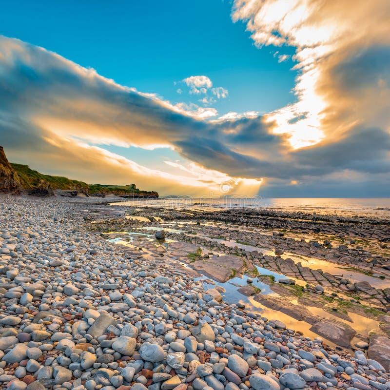 Playa de Kilve en la puesta del sol imagen de archivo