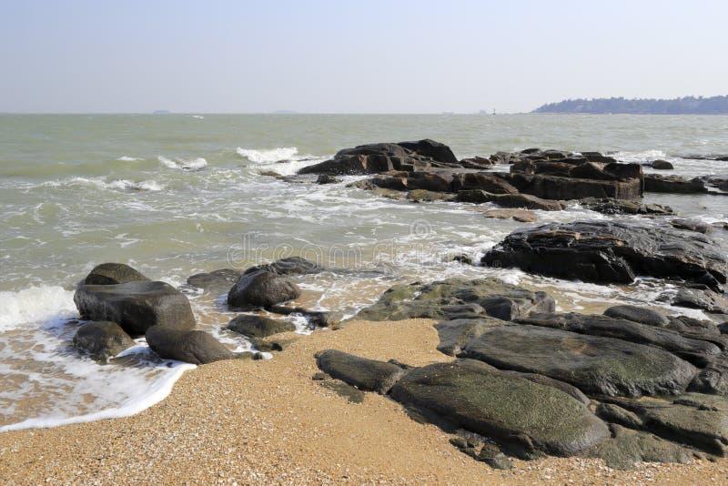 Playa de la arena de la piedra de la isla de Xiaodeng fotografía de archivo