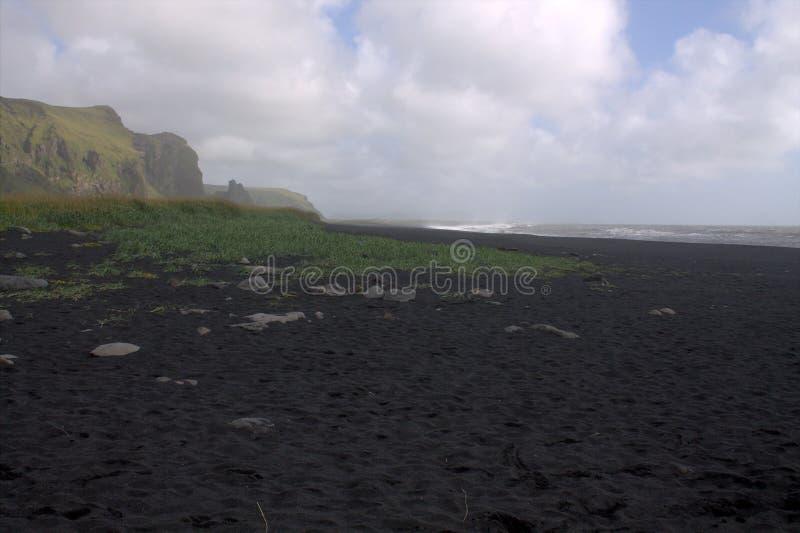 Playa de la arena del negro de Rejnisfara en Vik Myrdal imagenes de archivo