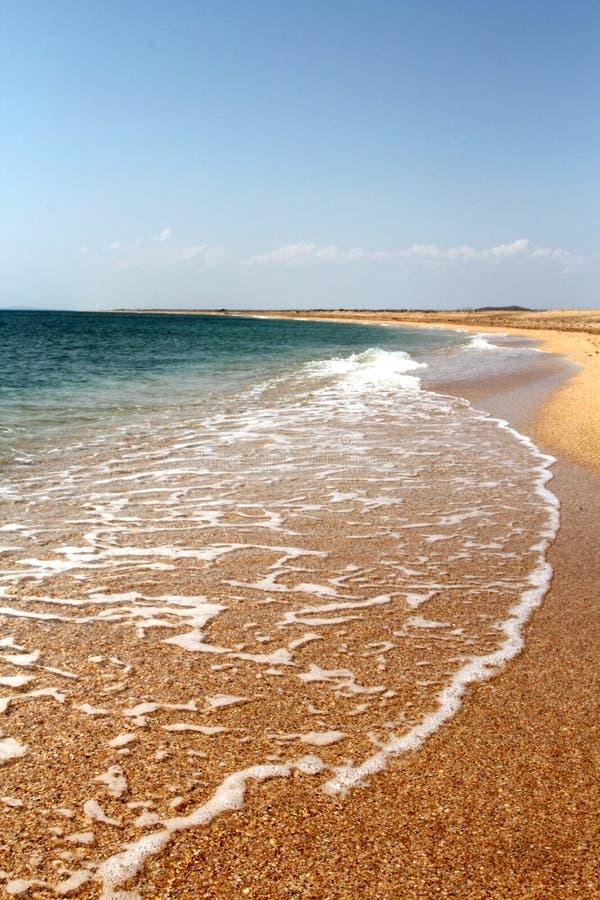 Playa de la arena y fondo transparente del agua foto de archivo