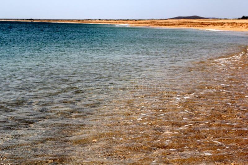 Playa de la arena y fondo transparente del agua fotos de archivo libres de regalías
