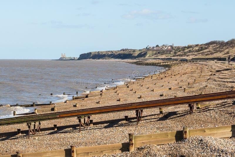 Playa de la bahía de Herne y torres de Reculver imagenes de archivo