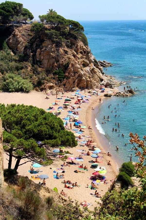 Playa de la bahía de Sant Pol de Mar fotografía de archivo