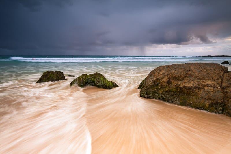 Playa de la bahía del arco iris en el amanecer fotografía de archivo libre de regalías