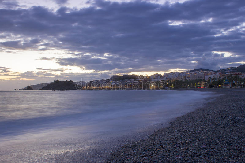 Playa De La Caletilla en la puesta del sol, Andalucía, España imagen de archivo