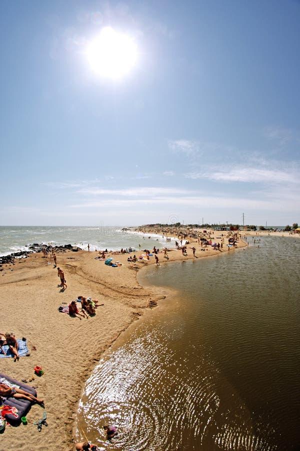 Playa de la ciudad con los veraneantes Berdyansk, Ucrania imagenes de archivo
