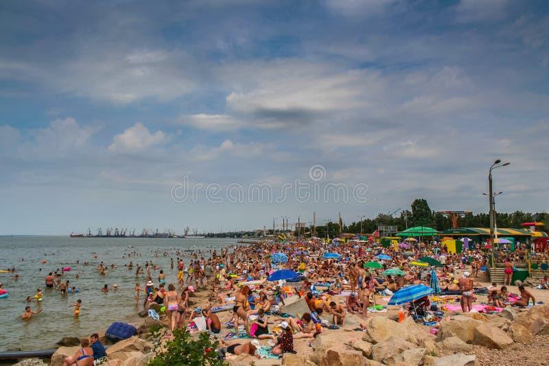 Playa de la ciudad en Berdyansk foto de archivo