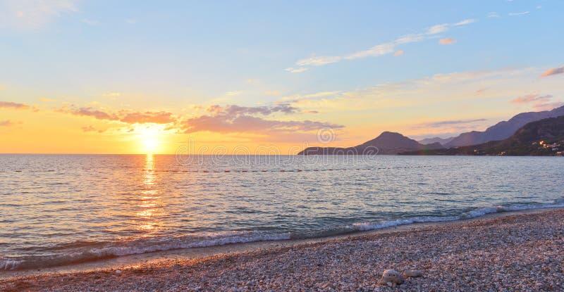 Playa de la ciudad en la puesta del sol, Montenegro de la barra fotos de archivo