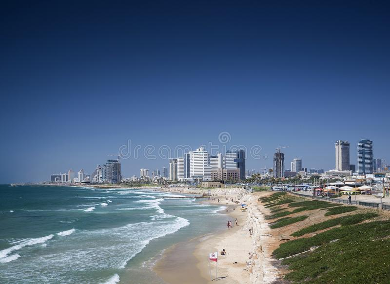 Playa de la ciudad y opinión del horizonte de Tel Aviv Israel imagen de archivo libre de regalías