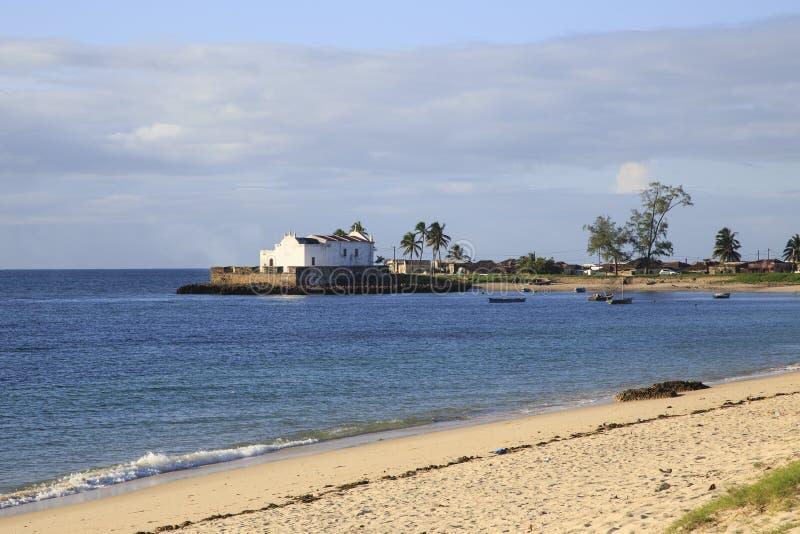Playa de la isla de Mozambique, con la iglesia del NIO del ³ de Santo Antà en el fondo foto de archivo