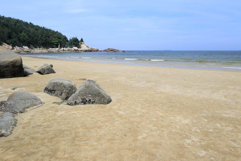 Playa de la isla de Wuyu con la roca fotos de archivo libres de regalías