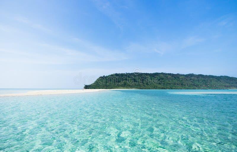 Playa de la isla y agua azul tropicales abandonadas del claro, Okinawa, Japón fotos de archivo